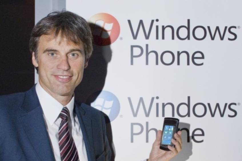 Windows Phone 7-Manager Achim Berg mit einem Windows Phone 7-Gerät