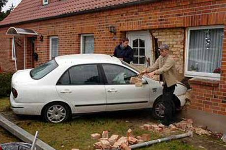 Auto in Haus unfall