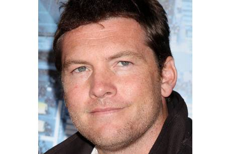 Sam Worthington angelt sich Model