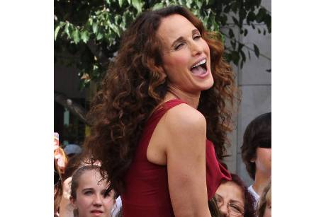 Andie MacDowell lacht sich jung