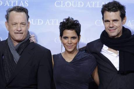 "Tom Tykwer (re.) mit den Hollyood-Stars Halle Berry und Tom Hanks bei der Premiere des Films ""Cloud Atlas"""