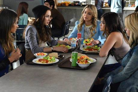 Emily (Shay Mitchell, v.l.n.r.), Spencer (Troian Bellisario), Alison (Sasha Pieterse), Aria (Lucy Hale) und Hanna (Ashley Be...