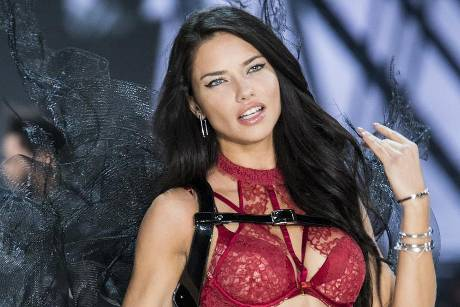 Adriana Lima bei der Victoria's Secret Fashion Show in Paris