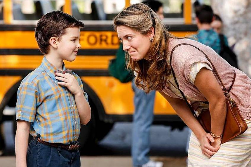 "Iain Armitage in ""Young Sheldon"" mit Serien-Mama Zoe Perry"