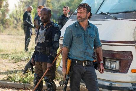 "Lennie James (l.) als Morgan Jones und Andrew Lincoln als Rick Grimes in der siebten Staffel ""The Walking Dead"""