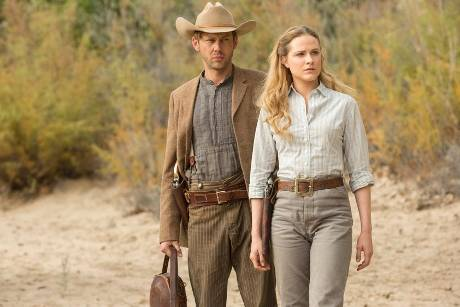 "Jimmi Simpson (l.) und Evan Rachel Wood in ""Westworld"""