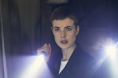 "Agyness Deyn mit dunklem Pixie-Cut in ""Hard Sun"""