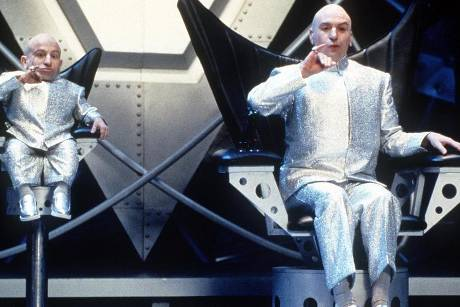 "Verne Troyer als ""Mini-Me"" mit seinem Co-Star Mike Myers in ""Austin Powers - Spion in geheimer Missionarsstellung"""