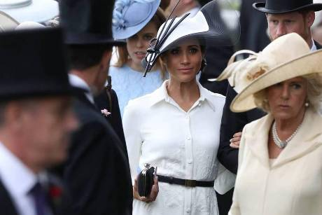 Herzogin Meghan sticht in ihrem All-White-Look am Arm von Prinz Harry hervor