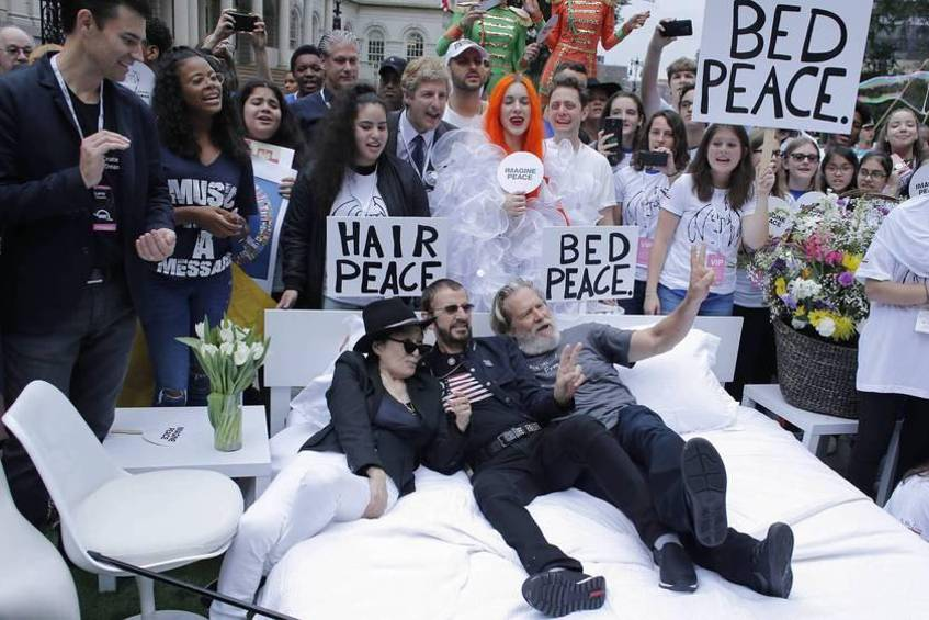 "Yoko Ono, Ringo Starr und Jeff Bridges stellten in New York das berühmte ""Bed-In"" nach"