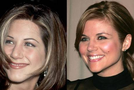 Jennifer Aniston (l.) als Rachel Green und Tiffani Thiessen