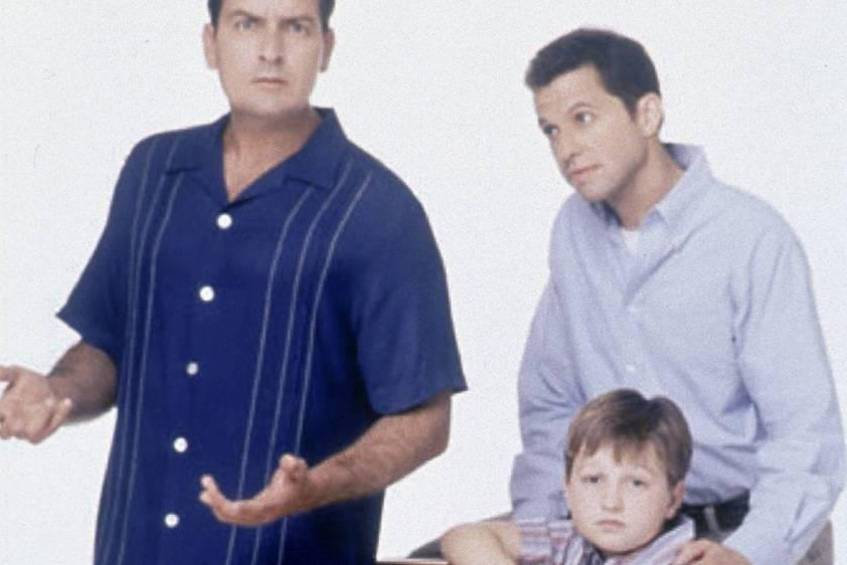 "Charlie Sheen (l.), Angus T. Jones (sitzend) und Jon Cryer in den Anfangstagen von ""Two and a Half Men"""