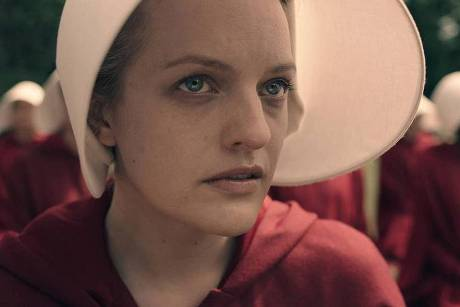 "Elisabeth Moss als Magd Desfred in ""The Handmaid's Tale"""
