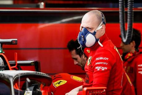 Ferrari-Mechaniker - Corona - F1-Test Barcelona 2020