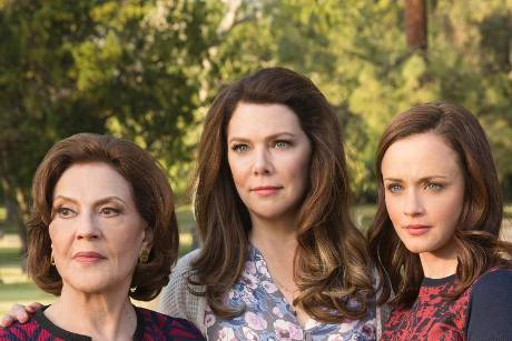 "Emily (Kelly Bishop, v.l.), Lorelai (Lauren Graham) und Rory (Alexis Bledel) in ""Gilmore Girls: Ein neues Jahr""."