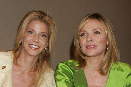 """Candace Bushnell (l.) mit """"Sex and the City""""-Star Kim Cattrall."""